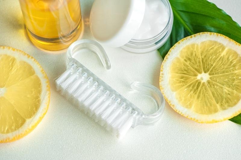 Oil and lemon slices
